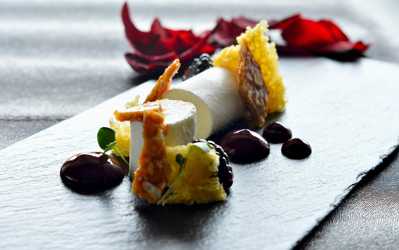 Bavarese di Yogurt, mandorle, rose e more