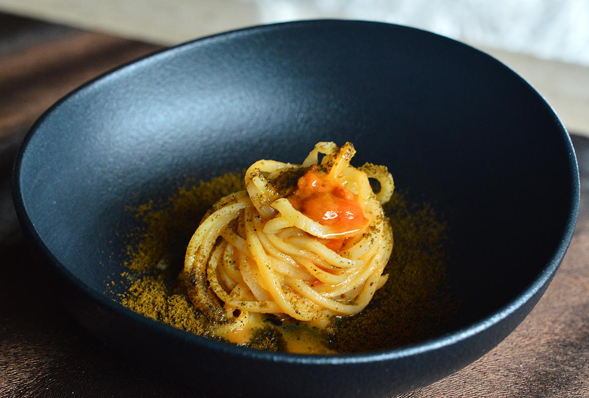 Spaghetti di patate, ricci e polvere di cozze